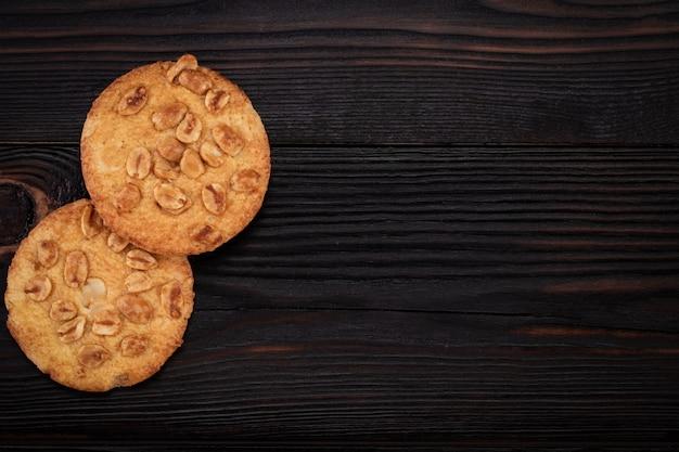 木製のテーブルに自家製クッキー