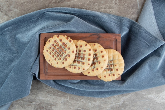 木の板にチョコレートを詰めた自家製クッキー