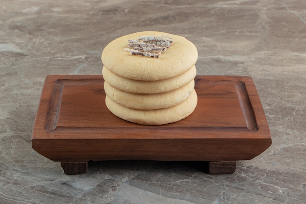 나무 보드에 초콜릿으로 채워진 수제 쿠키