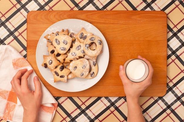 테이블에 건포도와 수 제 쿠키입니다. 형태 : 원, 별, 나무, 심장.