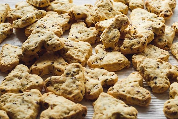 ホワイトボードにハートの形をしたターメリックと亜麻の種子を使った自家製クッキー。聖バレンタインデーの食事。側面図。