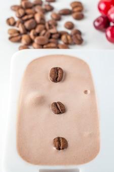 집에서 만든 요리, 커피로 만든 냉동 비건 아이스 캔디. 천연 아이스크림 무설탕.