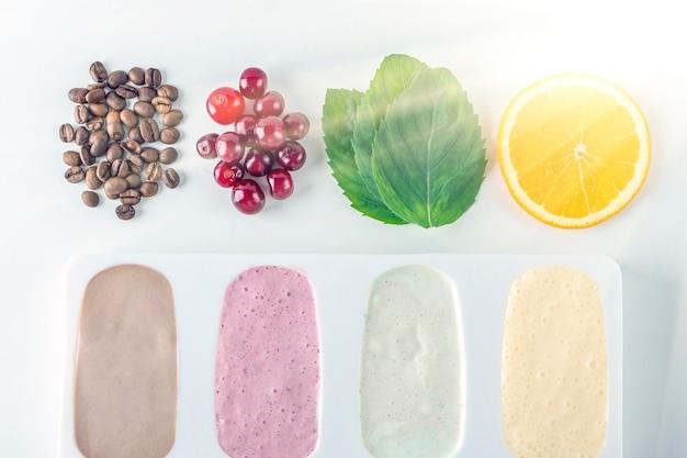 체리, 민트, 오렌지, 커피, 코코넛 밀크로 만든 홈메이드 요리 비건 다양성 아이스 캔디. 천연 과일과 베리 핑크 아이스크림 무설탕. 백라이트