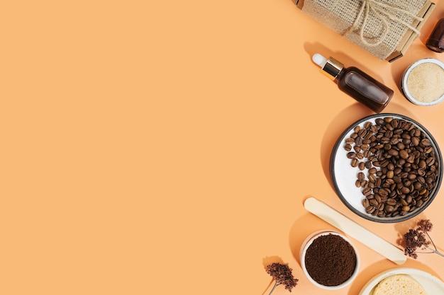 コーヒースクラブとオイルを使った自家製化粧品。ホームspa化粧品のセット。ドライブラシ、コーヒースクラブ、オーガニックオイル。ピーリングとスパセルフケアのためのアンチセルライト自家製化粧品。スペースをコピーします。