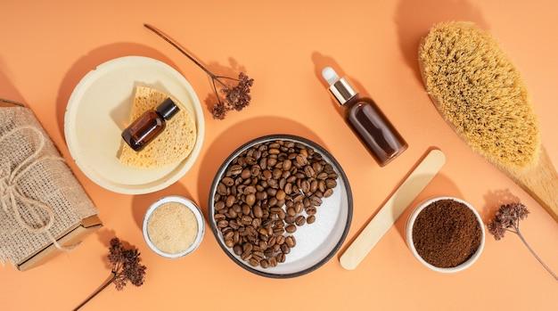 コーヒースクラブとオイルを使った自家製化粧品。ホームspaの環境にやさしい化粧品のセット。ドライブラシ、コーヒースクラブ、オーガニックオイル。ピーリングとスパセルフケアのためのアンチセルライト自家製化粧品