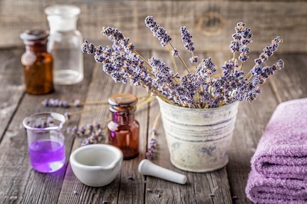 ラベンダーの花を使った自家製化粧品