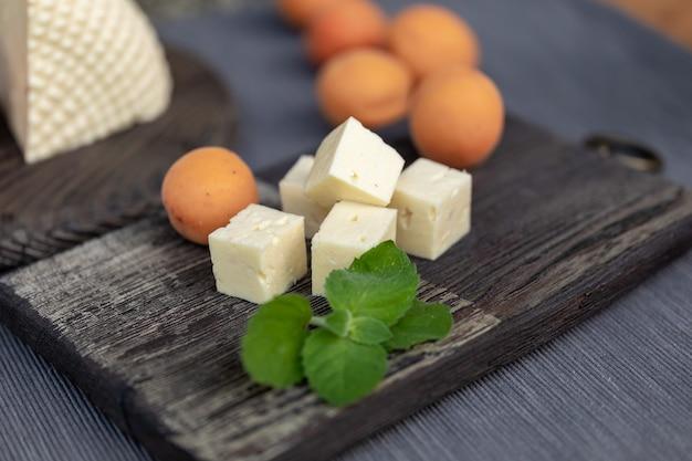 빈티지 주방 보드에 홈메이드 코티지 치즈 살구와 민트 잎