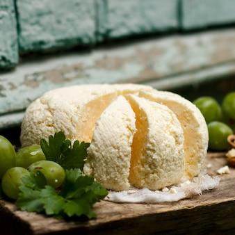포도와 호두를 넣은 나무 판자에 홈메이드 코티지 치즈