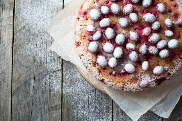 クルミ、ベリー、粉砂糖を使った自家製クランベリーパイ
