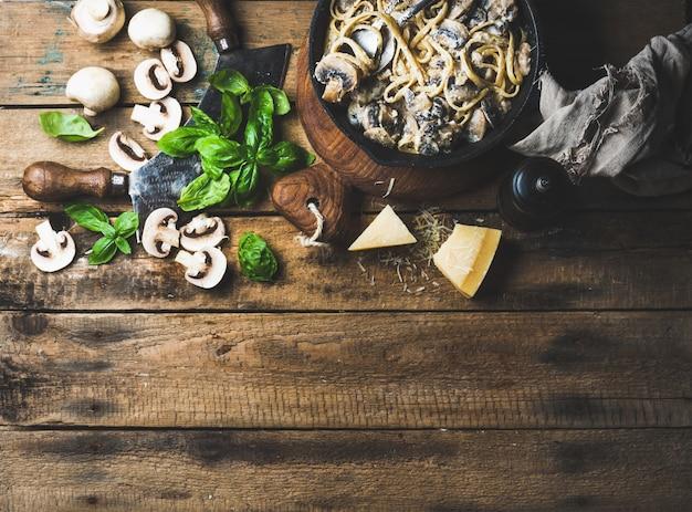 パルメザンチーズとバジルの自家製クリーミーキノコパスタスパゲッティ