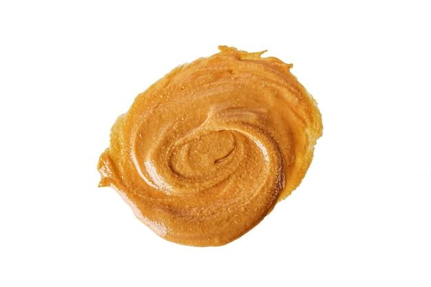 Домашнее сливочное арахисовое масло или паста, изолированные на белом фоне