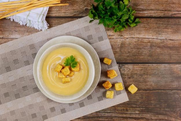 テーブルの上のクルトンと自家製のクリーミーな野菜スープ。