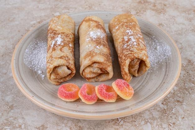 Crepes fatte in casa con zucchero a velo e marmellate dolci