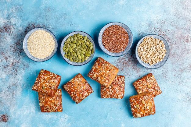 ごま、オートミール、カボチャ、ヒマワリの種を使った自家製クリスプブレッドクッキー。ヘルシーなスナック、シードクラッカー