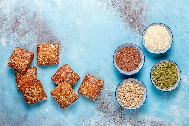 ごま、オートミール、カボチャ、ヒマワリの種を使った自家製クリスプブレッドクッキー。