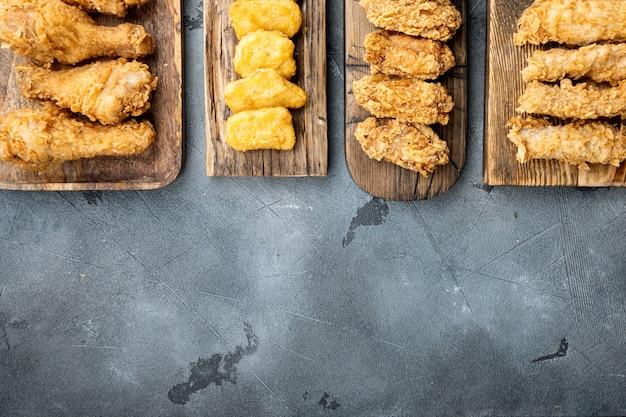 회색 배경에 집에서 바삭한 프라이드 치킨 부품