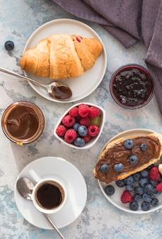 自家製クロワッサンはブラックコーヒーまたはアメリカーノを添えてください。焼きたてのクロワッサンとコーヒーで美味しい朝食。