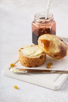 イースターの朝食に自家製のクロスバン、バター、ジャム。