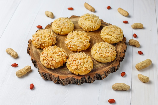 Домашнее хрустящее печенье с арахисом на белом деревянном столе