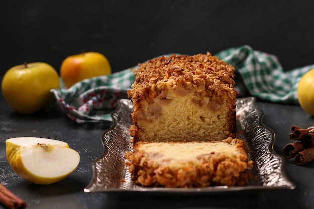 Домашний кекс с овсянкой, яблоками и хрустящими хлопьями, овсянкой на металлическом подносе, крупным планом