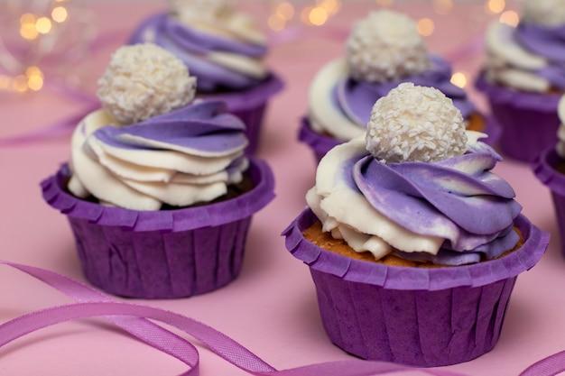 ピンクにライラッククリームを添えた自家製カップケーキ