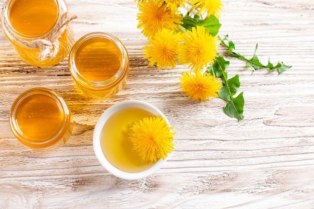 ガラスの瓶に自家製タンポポの蜂蜜またはシロップ