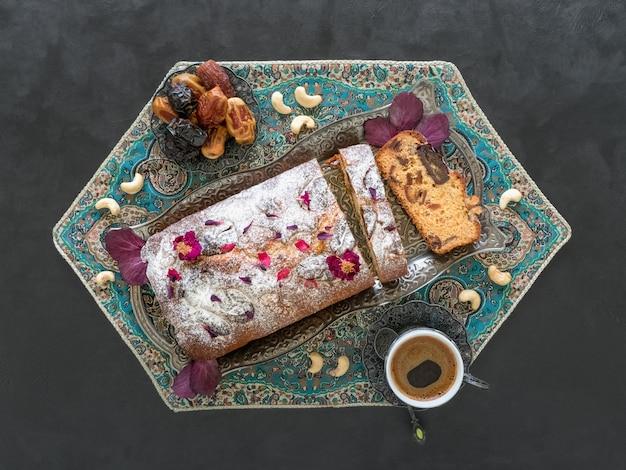 黒いテーブルに自家製の日付とクルミのケーキ