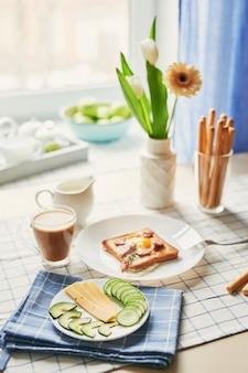 Домашний вкусный американский завтрак с солнечной стороной вверх жареное яйцо, тост, колбаса. английский завтрак с яичницей, беконом, сосисками и тостами. завтрак на валентина. доброе утро, концепция.