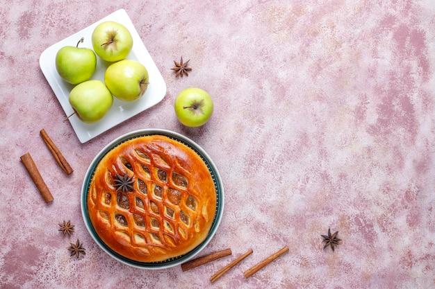 Torta di mele deliziosa fatta in casa con marmellata.