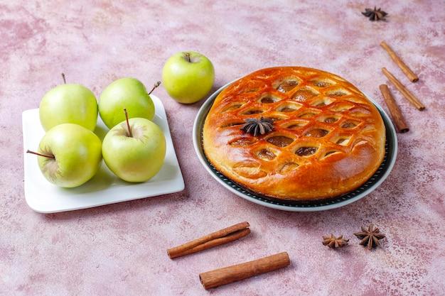 自家製の美味しいアップルパイのジャム添え。