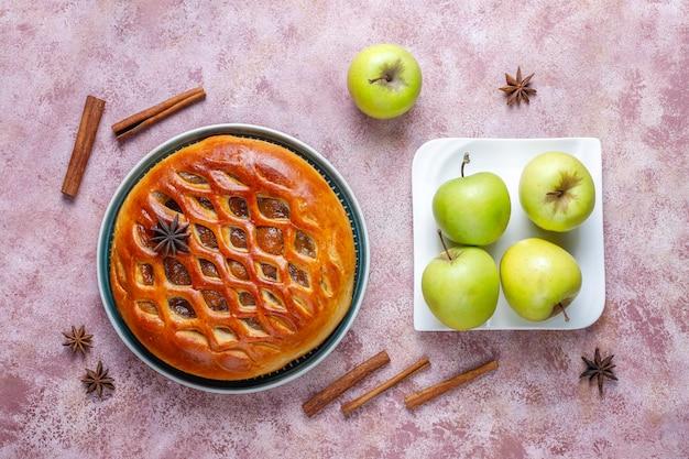 Домашний вкусный яблочный пирог с джемом.