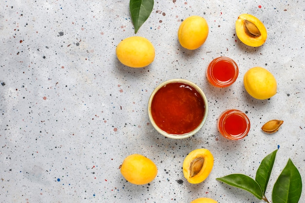 Домашнее вкусное абрикосовое варенье из свежих абрикосовых фруктов.