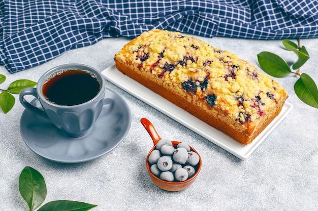 冷凍ブルーベリー、トップビューで自家製のおいしいブルーベリークランブルケーキ