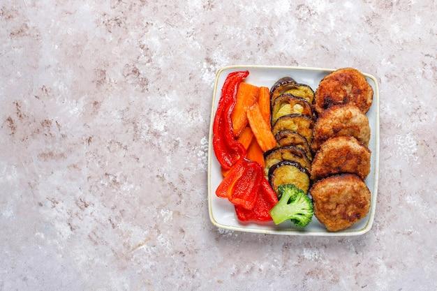 Домашние вкусные котлеты с запеченными овощами.