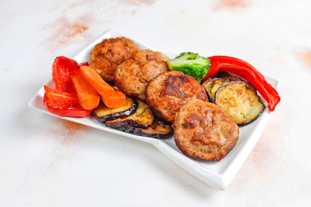 구운 야채와 함께 홈메이드 맛있는 커틀릿.