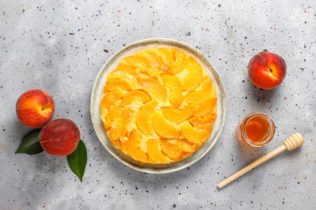 桃と自家製のおいしいフランスのデザートのタルトタチン