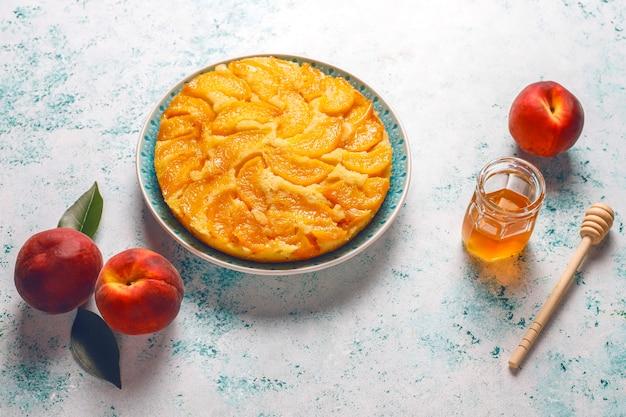 Домашний вкусный французский десертный пирог татин с персиками.