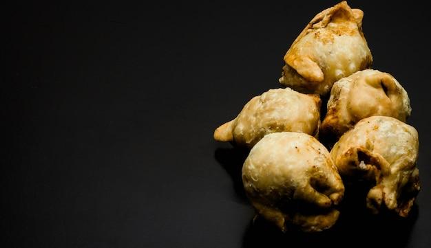 복사 공간이 있는 질감 있는 어두운 배경에 홈메이드 맛있는 튀긴 사모사