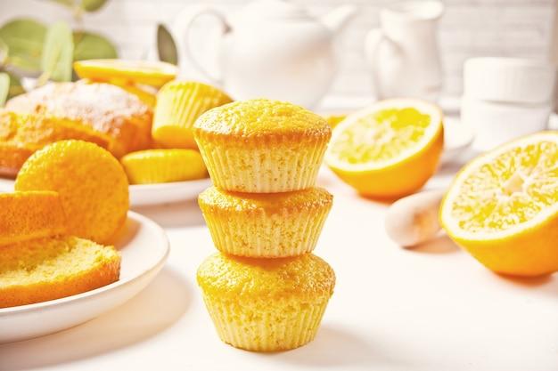 흰색 테이블에 만든 맛있는 레몬 머핀 컵 케이크. 평면도.