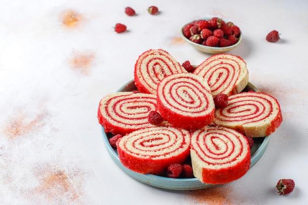 自家製のおいしいラズベリー ロール ケーキ。
