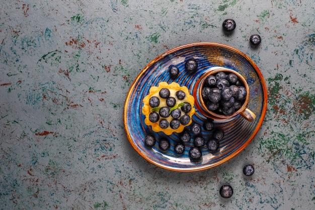 自家製のおいしい素朴な夏のベリーのタルト。