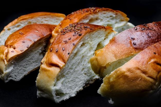 自家製のおいしいソフトローストパンが暗い背景にクローズアップ