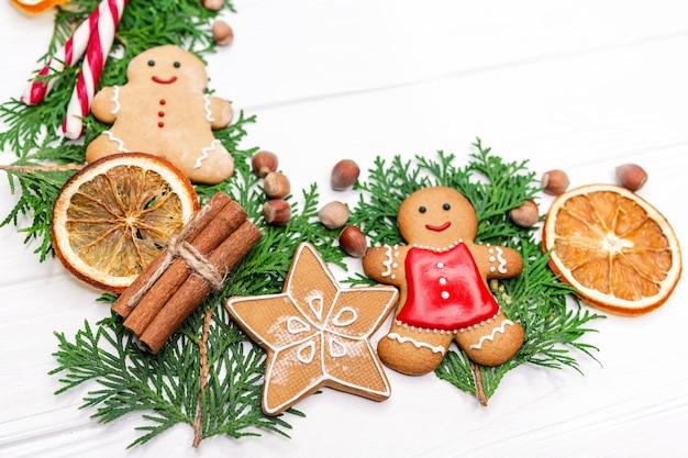 Домашние вкусные рождественские пряники на белом фоне деревянных. новогодняя композиция