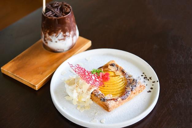 桃と粉砂糖とココアドリンクを使った自家製デザートのおいしいケーキ