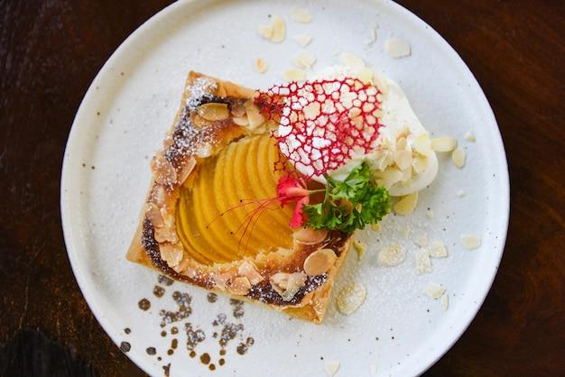 桃と粉砂糖を使った自家製デザートのおいしいケーキ