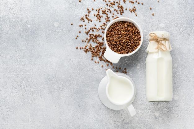 灰色のそばから作られた自家製ダイエット野菜ミルク。ダイエット健康コンセプト。スペースとバナーをコピーします。