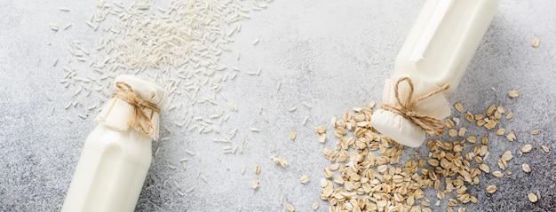 회색에 오트밀과 쌀로 만든 수제 다이어트 식물성 우유. 다이어트 건강 개념. 공간과 배너를 복사합니다.