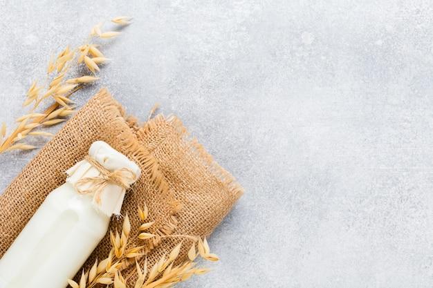 オートミールダイエット健康と健康食品のコンセプトから作られた自家製ダイエット植物性ミルク。スペースをコピーします。上面図。