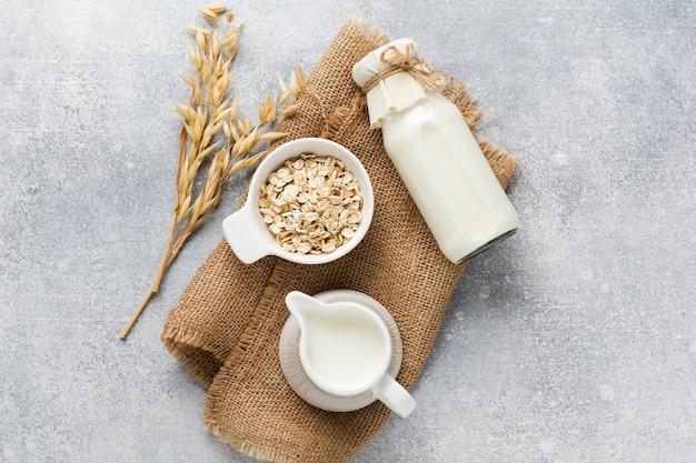 회색에 오트밀로 만든 수제 다이어트 식물성 우유. 다이어트 건강 개념. 공간과 배너를 복사합니다.