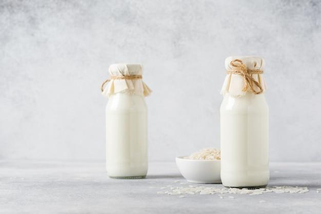 회색에 쌀로 만든 수제 다이어트 식물성 우유. 다이어트 건강 개념. 공간과 배너를 복사합니다.